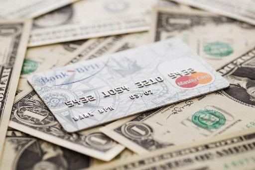 現金を直接扱うクレジットカードや現金送金